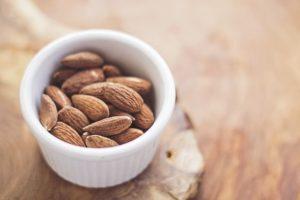 Vegane Ernährung Kraftsport + Muskelaufbau? Nüsse und Mandeln sind gute vegane Proteinquellen!